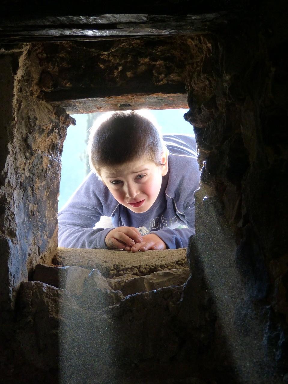 洞窟探検をしている少年