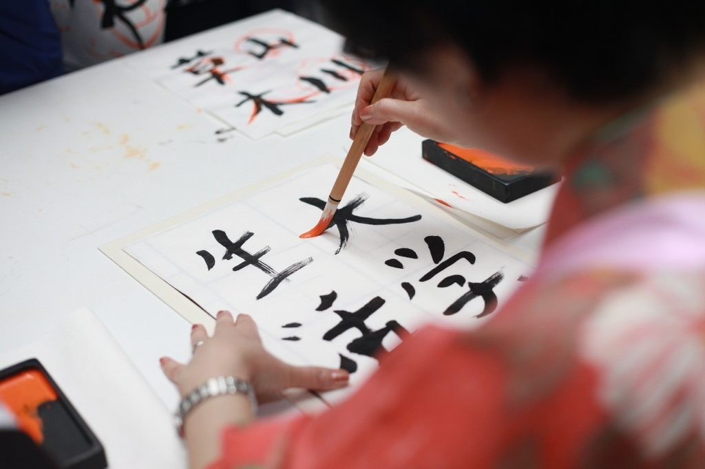 漢字を書く生徒