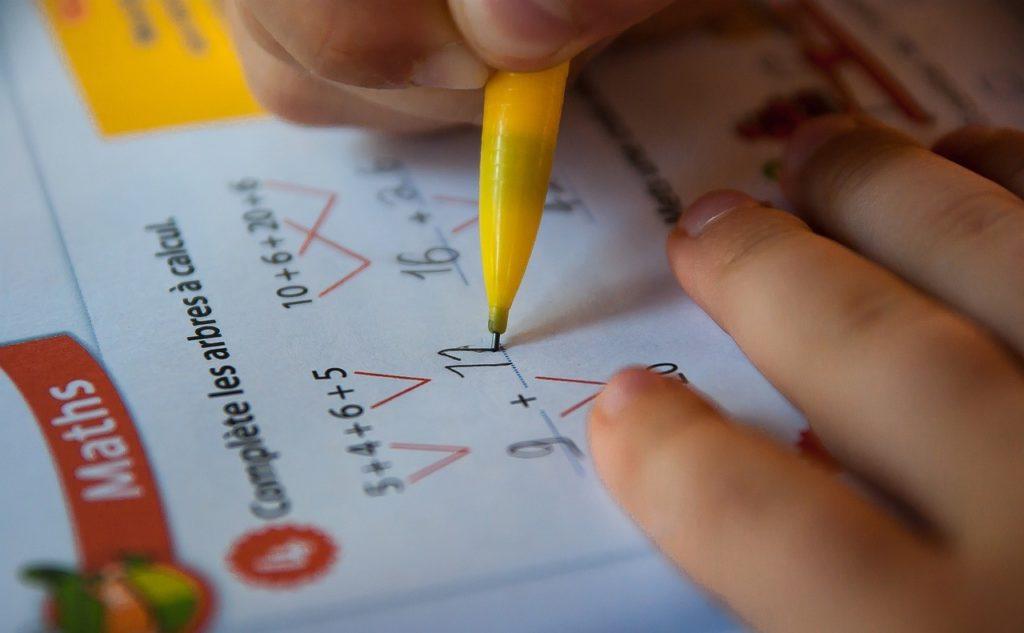 算数の問題集を解く生徒