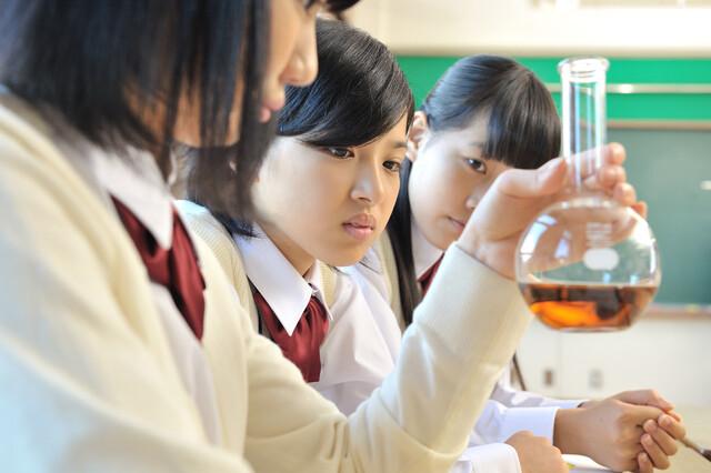 理科の実験をする中学生