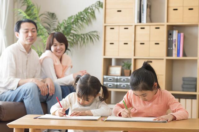 文字を書く子どもたち