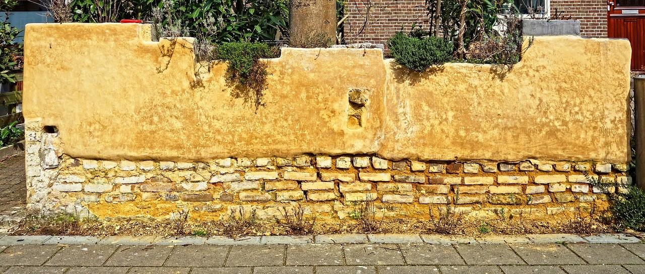 硬そうな壁