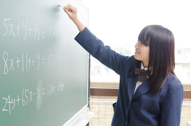 黒板を使う中学生