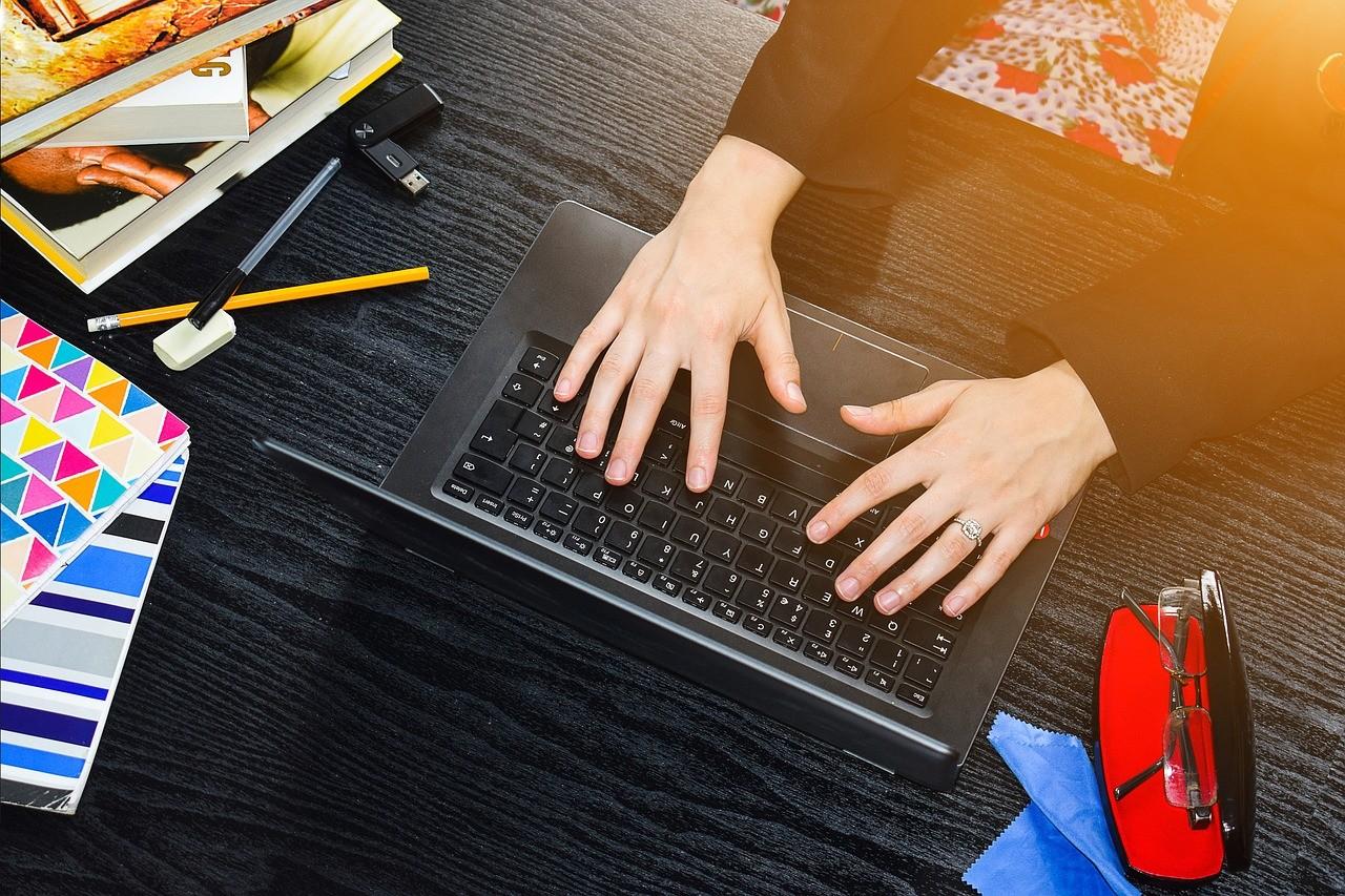 自宅でコンピュータを使う女性