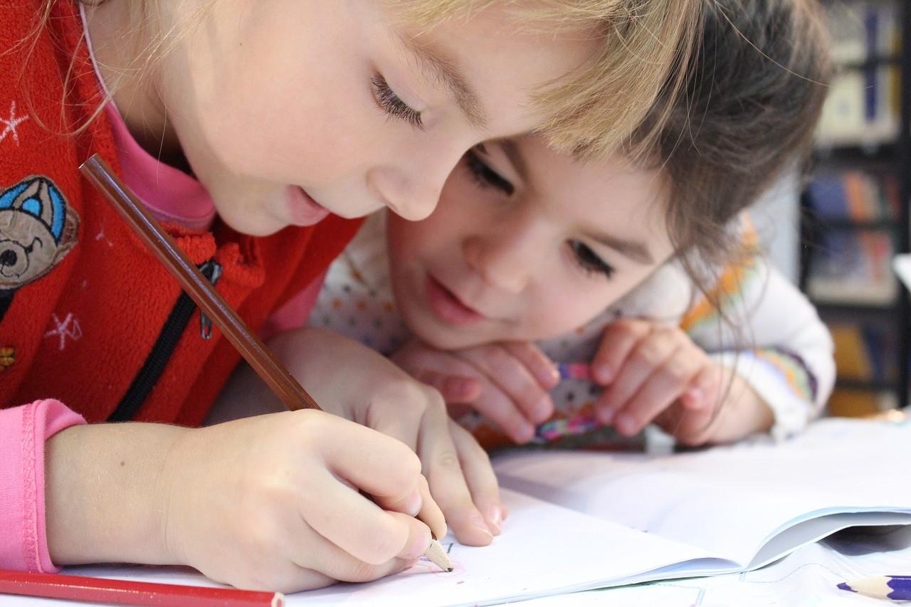 楽しく学習する小学生たち
