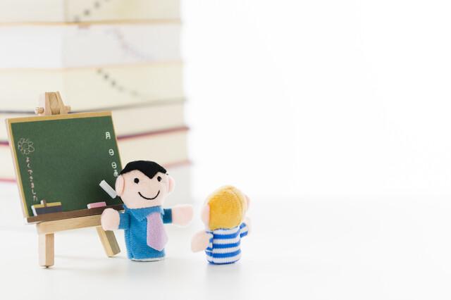 教室で生徒に教える先生