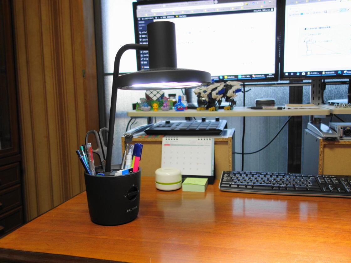 机に設置したBALMUDA The Light