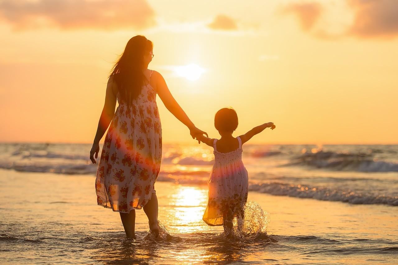 手をつなぐ母親と子ども