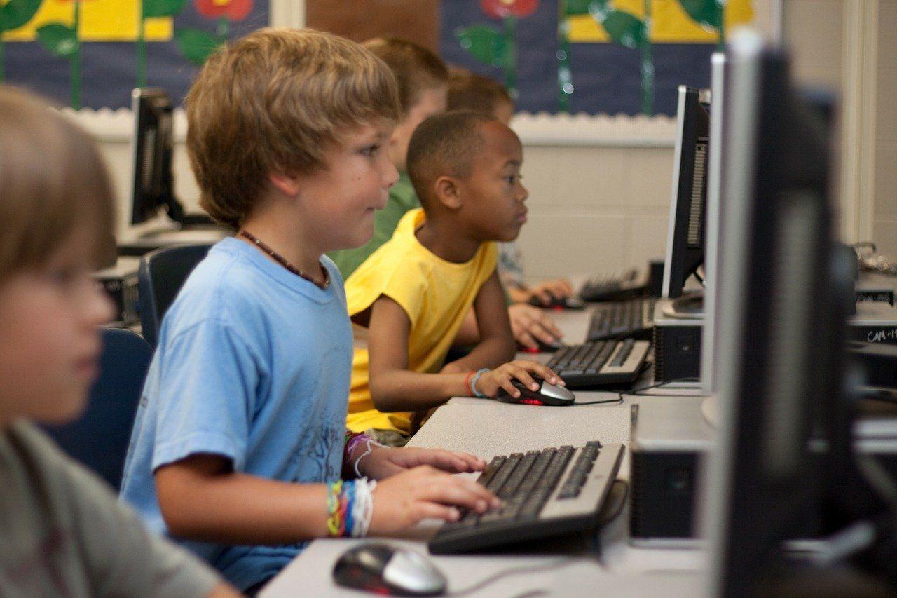 パソコンで映像授業を受ける子どもたち
