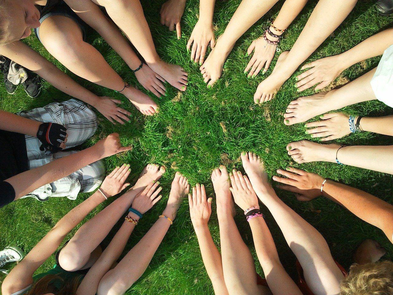 手を出し合って協調性を高める生徒たち