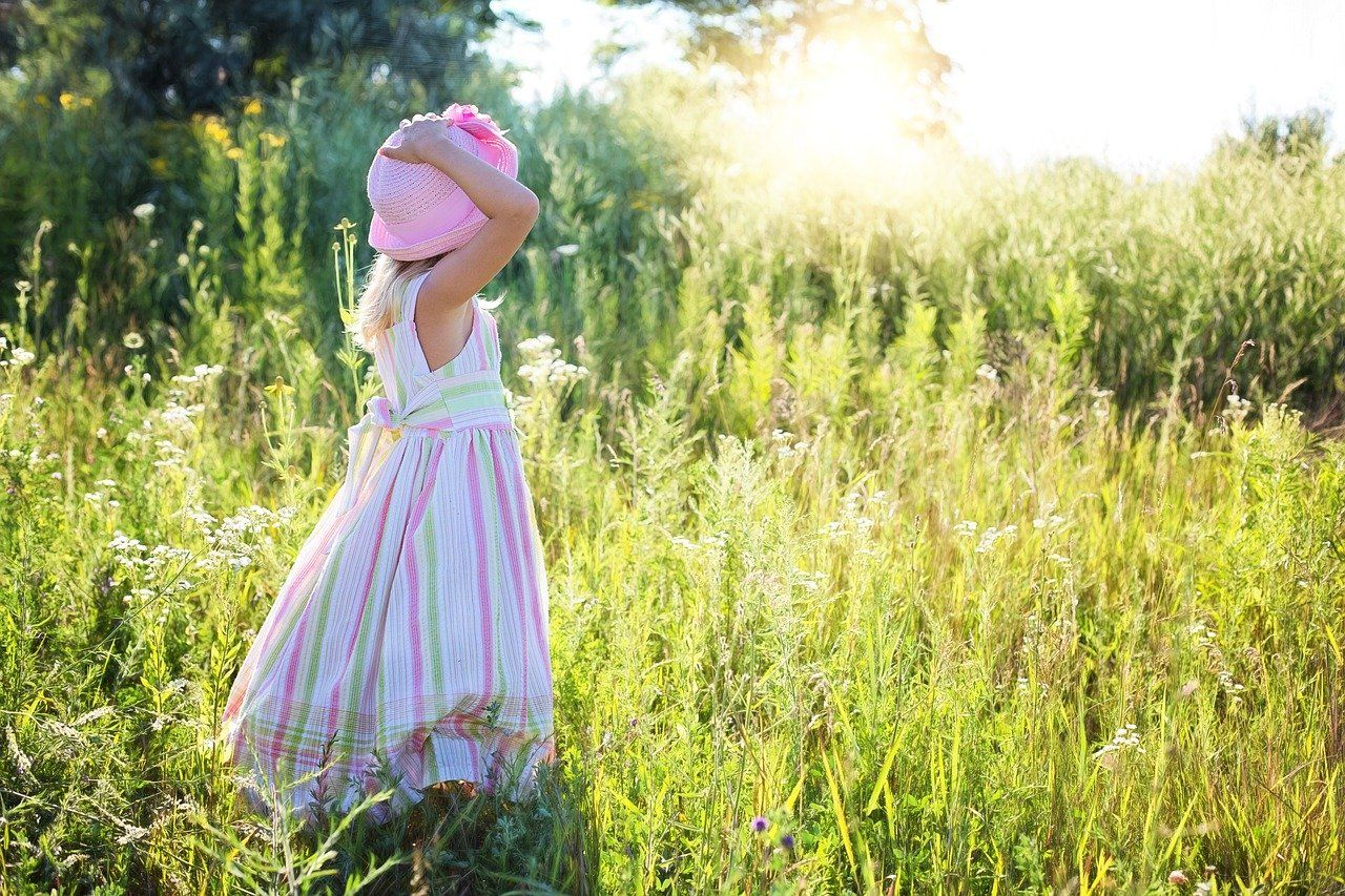 自然の中にいる少女