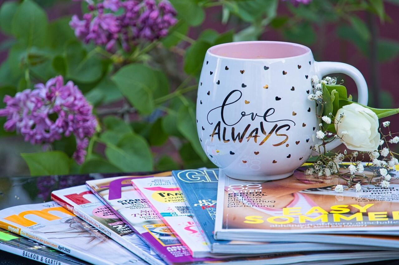 英語の雑誌とマグカップ