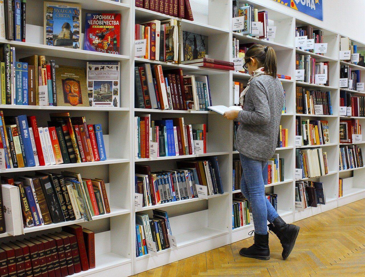 図書館で本を探す生徒