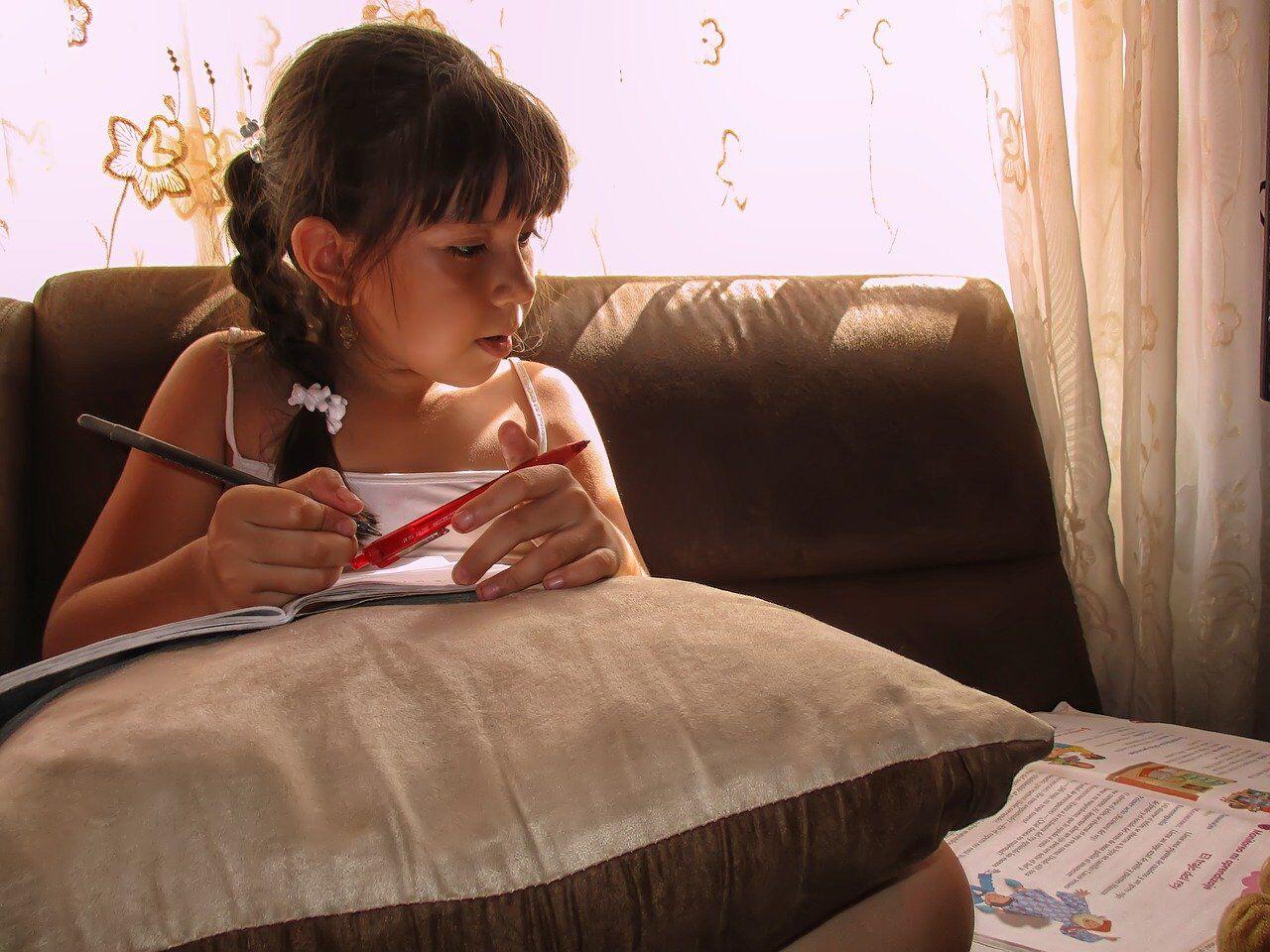 英語の学習をする女の子