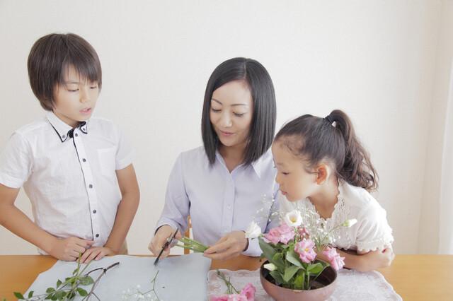 生け花をする家族