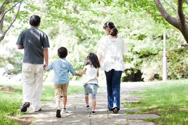 自然の中を散歩する家族