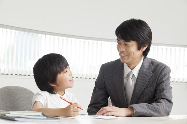 小学生と学校の先生
