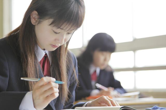 古典のノートを取る生徒
